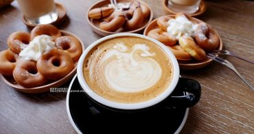 【台中東區】MEHER CAFE-手沖咖啡,駐站插畫設計,白色系建物搭配藍色字體店名和工業風格,咖啡鬆餅紅茶可樂雪碧,東區推薦咖啡