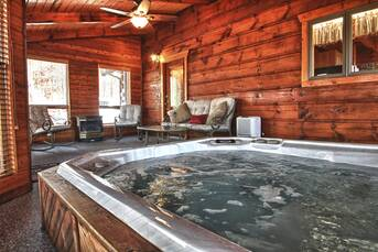 Hot Tub Room at Livin' Lodge in Sky Harbor TN