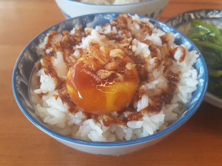 【台南 中西區】鼎富發豬油拌飯。加入生蛋黃的月見豬油飯│古早味小吃總是吃到見底的誘人美食