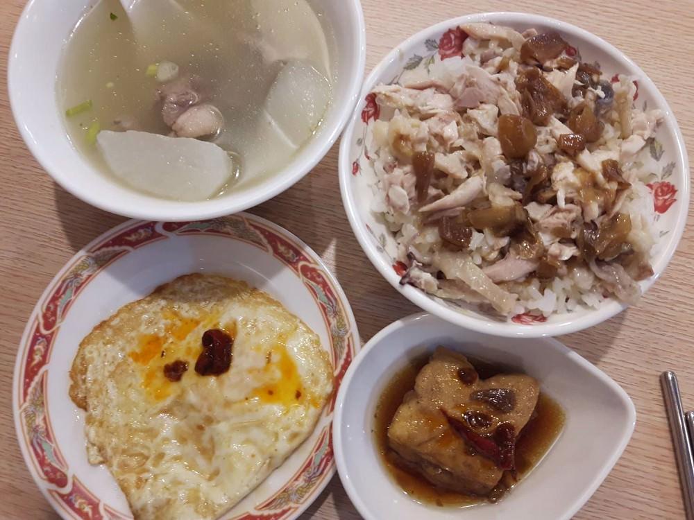 【台南 歸仁】嘉昌土雞肉飯。雞肉飯加上油蔥醬汁,簡單美味,好吃再來一碗 來自台南的鄉村美味