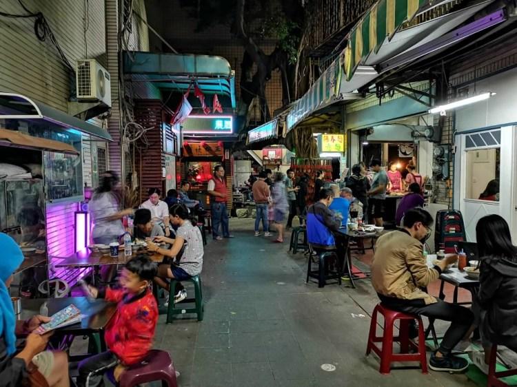 護境松王麵店。就像流水席般的麵店|國華街友愛街巷子裡的排隊美食