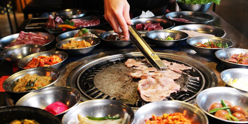台南工業風韓式燒肉,笨豬跳!小菜無限吃到飽,貼心的桌邊服務~歐爸歐膩還能幫你烤!
