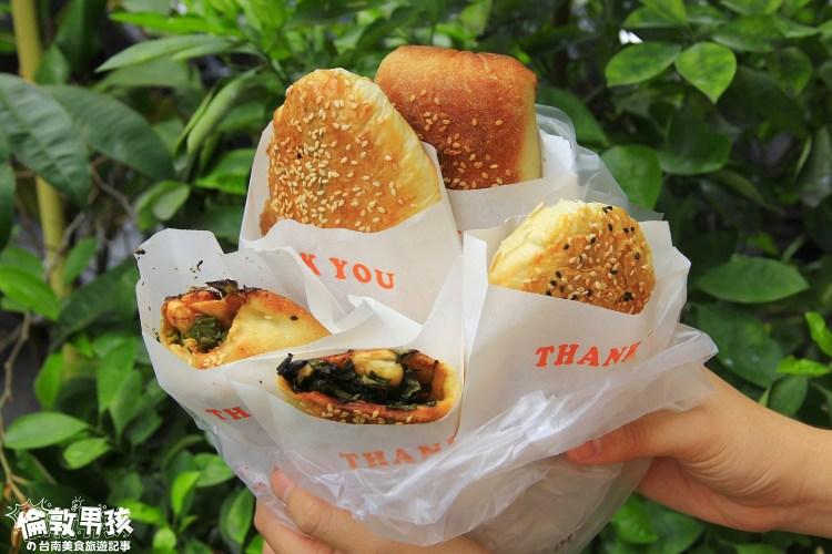 台南傳統點心-爆餡的蔥餅、蘿蔔絲餅,還有薄脆的紅豆酥餅,就在「東北大媽燒餅」