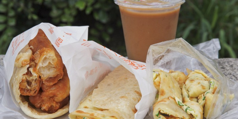 台南在地人私藏的排隊早餐「生哥豆漿店」,燒餅、油條,還有隱藏版「燒餅夾蛋餅」~