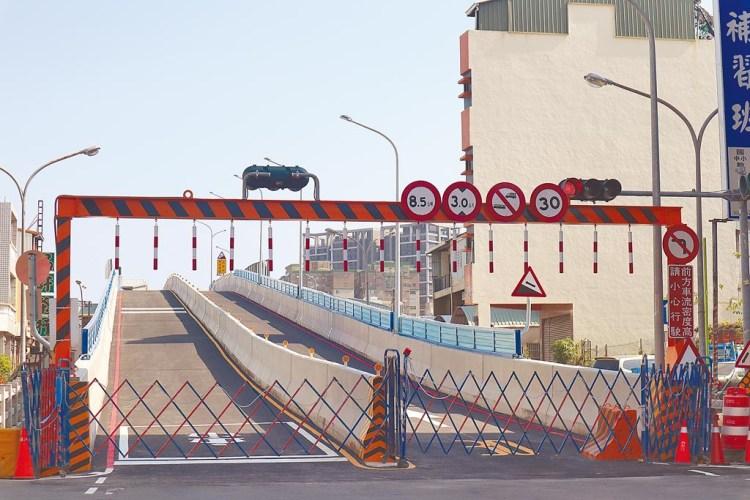 台南長榮便橋搭建完成,預計 12 月 15 日開放通車!