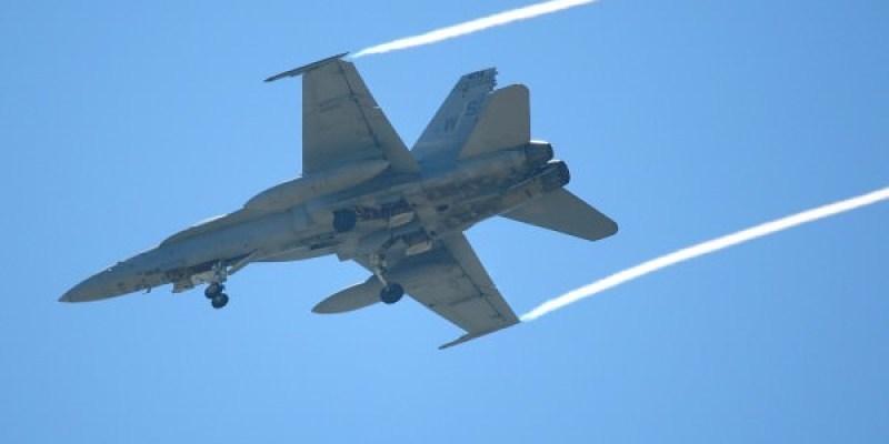 美軍2架F18戰鬥機 疑引擎問題迫降台南機場 在台過夜 軍方也意外