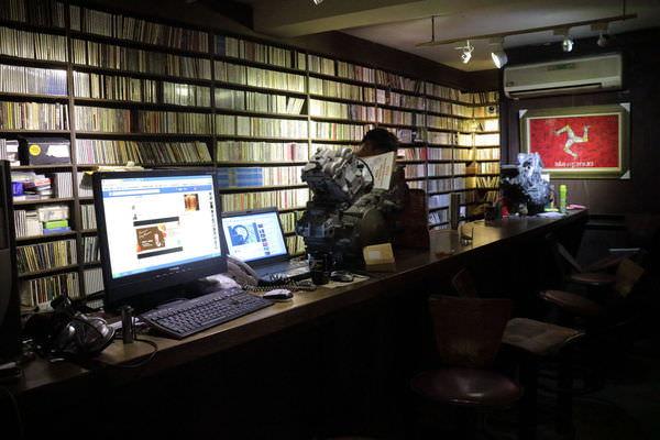 台南東區低調特色酒吧「Dirty Roger」-堆積如山的黑膠、CD,還有重機、貓咪和咖啡!
