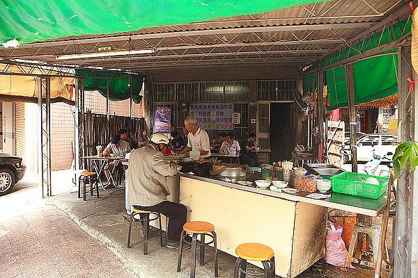 台南虱目魚粥吃哪家?南區三官大帝廟旁的無名老店在地人才知道!