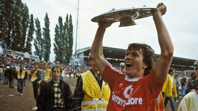 Lothar Matthäus castigand Bundesliga pentru prima oara in tricoul lui Bayern