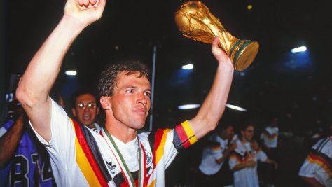 Lothar Matthäus ridicand trofeul Cupei Mondiale dupa ce a invins Argentina cu Germania de Vest in 1990.