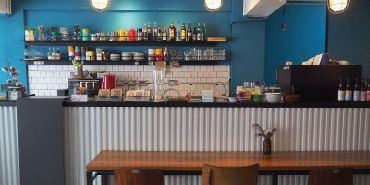 <台中咖啡> 拾年咖啡,隱身在向上路巷弄內咖啡館,帶點輕工業風,空間氣氛靜謐,有wifi跟插座!