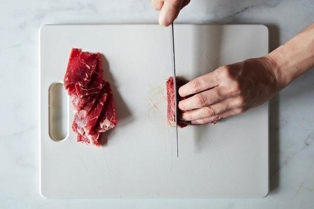 Congelar a carne para torná-lo mais fácil de cortar para frituras e ensopados.