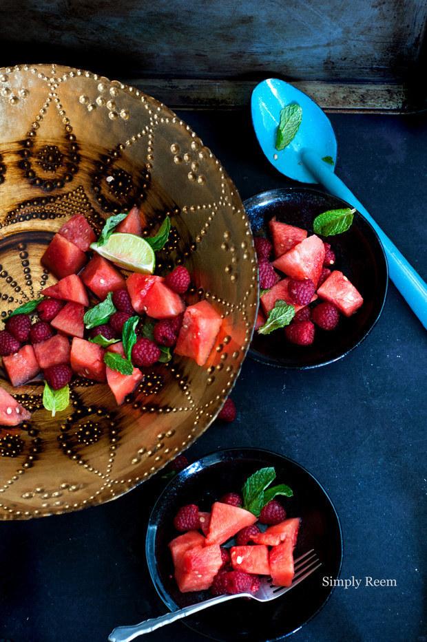Hay un montón de maneras para preparar una genial ensalada de frutas, pero toma un poquito más de tiempo que solo tirar un montón de frutas en un tazón y esperar lo mejor. Lo primero es que necesitas buena fruta. Elige las frutas de temporada. Segundo, sé consciente de la combinación de las frutas pues poner más frutas no necesariamente quiere decir que será mejor. Tercero, añade un aderezo sencillo pero delicioso. Una fórmula segura para un aderezo: jugo cítrico + hierba fresca + miel o almíbar. Si quieres más consejos para hacer una perfecta ensalada de frutas, haz clic aquí.