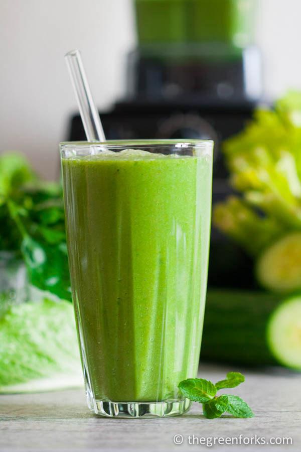 Los smoothies son una manera fácil y deliciosa para condensar muchos nutrientes a la vez. Ya sea un smoothie detox verde, un smoothie de frutas de la estación o un smoothie muy simple de tres ingredientes, la clave es asegurarte de que tienes una combinación de frutas, vegetales y proteína, para que sea bien balanceado Y sabroso.Siéntete libre para divertirte con el líquido que le agregues. El agua es magnífica pero también la leche normal o sus sustitutos. Pero no hagas caso de las recetas que te piden que agregues azúcar, sé precavido con los jugos que usualmente son altos en azúcar y con la proteína en polvo, pues algunas veces se han encontrado en ella altos niveles de toxinas como arsénico, cadmio y plomo.
