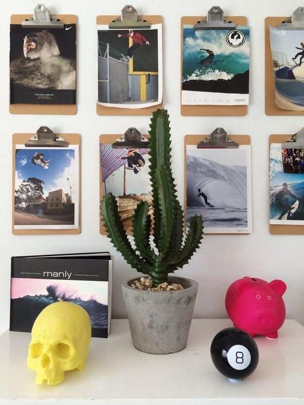 Esta idea es perfecta para colgar tu arte, imágenes de revista, o cualquier foto: