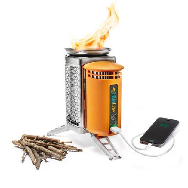 Um fogão sem fumaça que gera eletricidade para carregar seus dispositivos pessoais.
