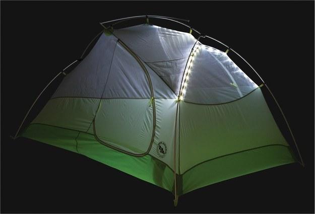 Esta barraca de duas pessoas que vem com built-in iluminação LED.