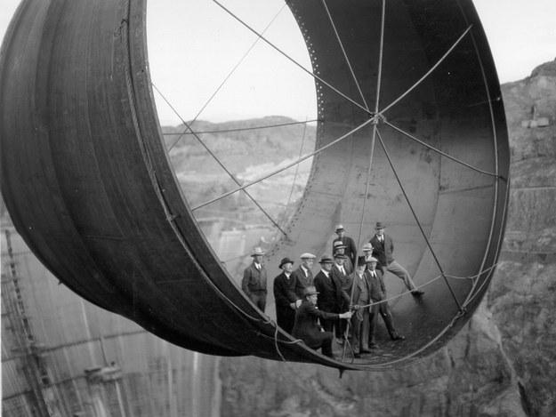 Este clan de oficiales posando para un retrato durante la construcción de la presa Hoover en 1935.