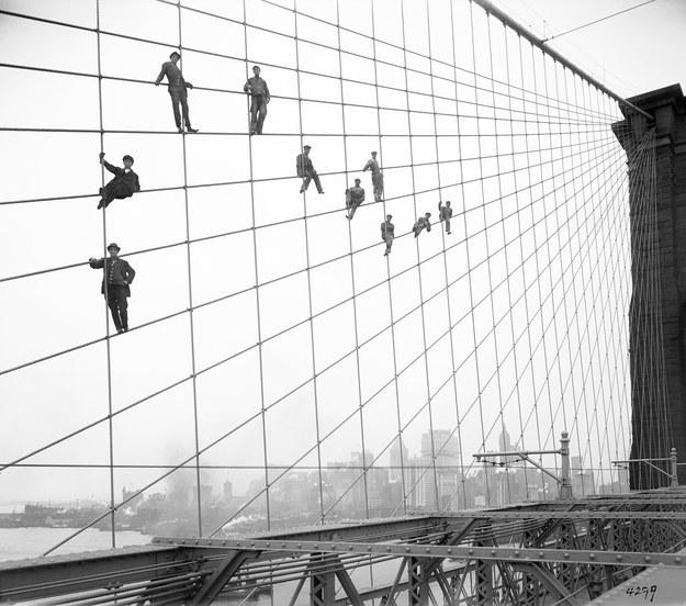 Este clan de obreros suspendidos de los cables del Puente Brooklyn en 1914.