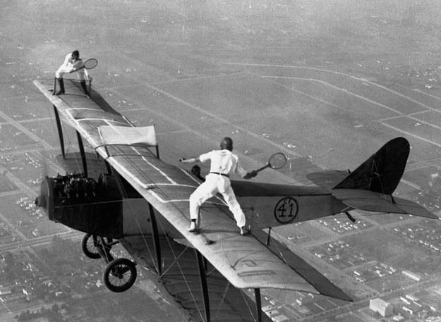 Gladys Roy e Ivan Unger jugando un partido de tenis en las alas de un biplano sobre Los Ángeles en 1925.