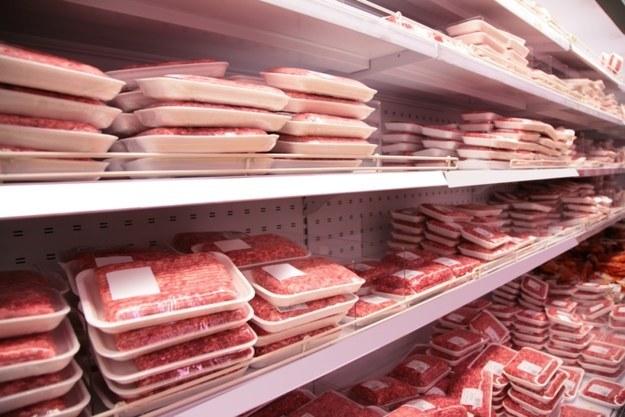 A mesma coisa vale para a carne moída, já que as bandejas podem ter até pedaços de carnes estragadas na mistura.