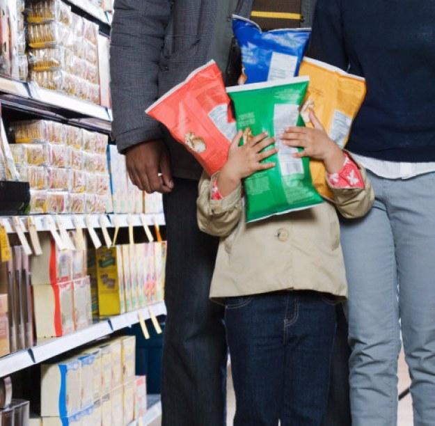 As prateleiras de baixo seduzem as crianças, por isso produtos mais caros que chamem a atenção delas ficam por ali.
