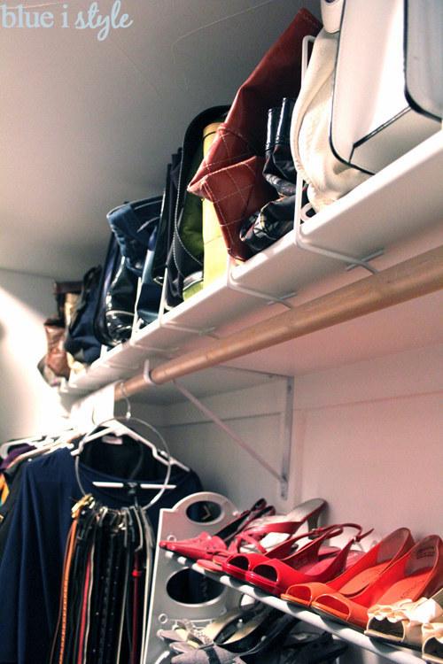 Divisores de estante para que tu colección de bolsas este acomodada.