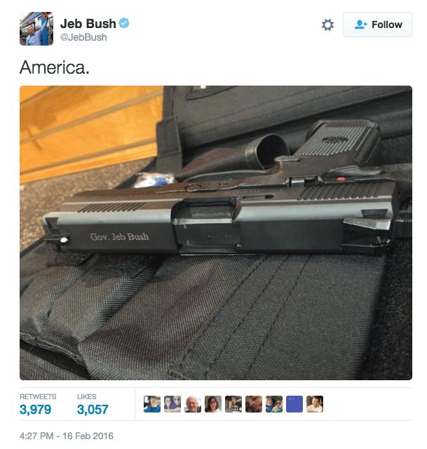 """El ex governador de Florida, Jeb Bush, tuiteó la imagen de un arma con la frase """"America"""" la cual se viralizó en cuestion de segundos."""
