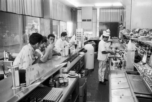 En los 50 lograbas ir a una fuente de soda como esta en el centro de Caracas, y comerte un club house en la barra.
