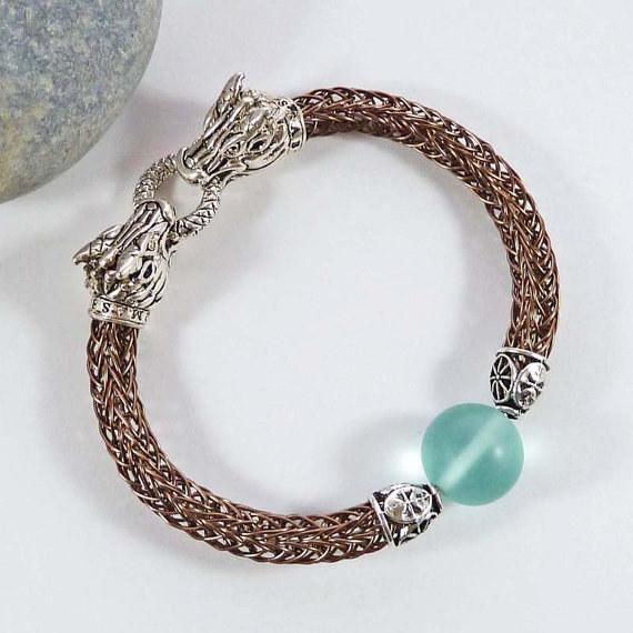 Este brazalete de vidrio de mar y dragón para utilizarlo cuando cruces el Mar Angosto.