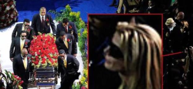 Michael Jackson sigue vivo y asistió a su propio funeral.