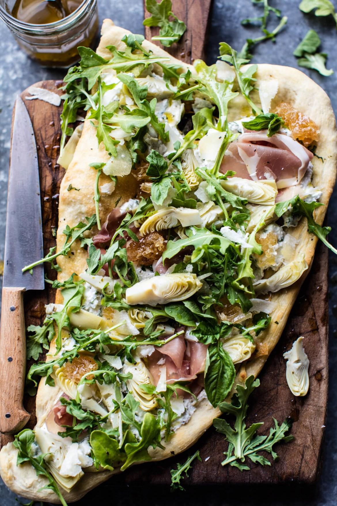 Se ve elegante, pero realmente es súper sencillo ya que usarás al pan naan como la base e ingredientes ya listos para poner encima (rúcula, prosciutto, requesón y corazones de alcachofa). Mira la receta aquí.
