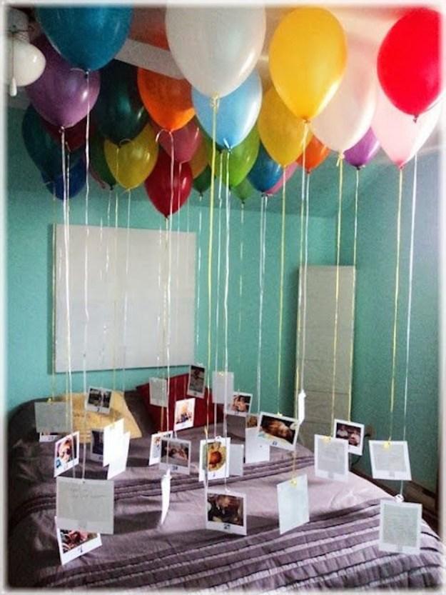 Unos globos, listón de colores y tus fotos favoritas hacen el regalo perfecto.