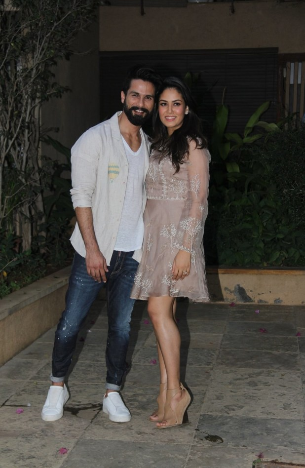 Shahid and Mira posed for the paparazzi outside their home, right before prepping to welcome the showbiz peeps.