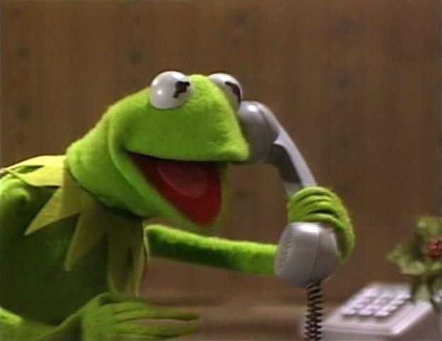 Gritar cuando hablan por teléfono.