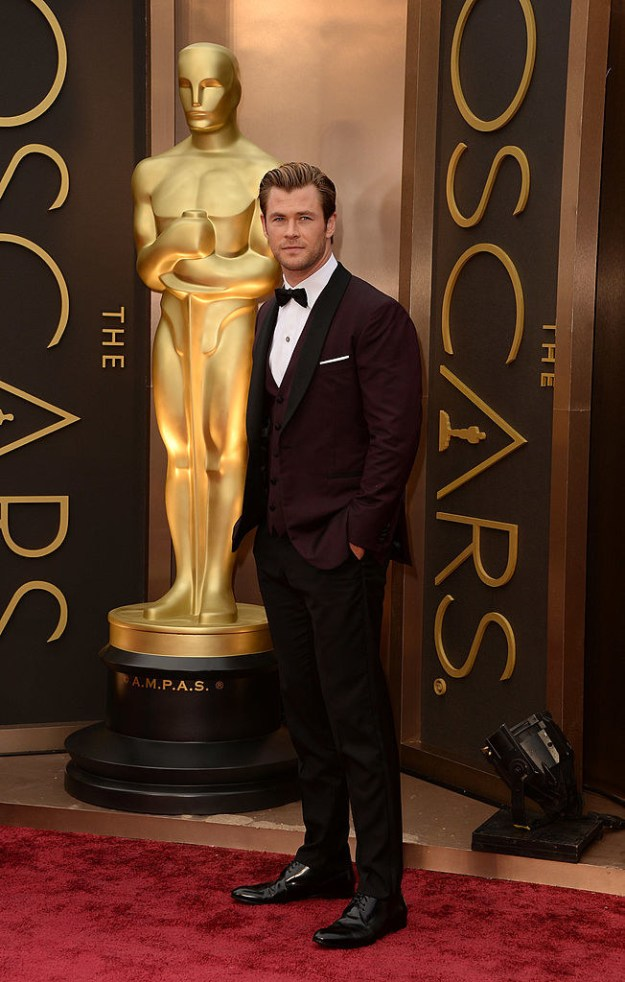 This is Chris Hemsworth rocking a suit at the Oscars.