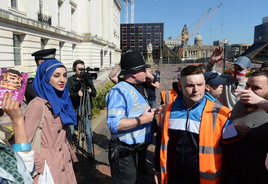 """Khan, que vem de um fundo muçulmano, disse: """"Eu acabei indo para a demo EDL porque há uma história de assédio e assalto de muçulmanos, membros vulneráveis do público e pessoas de cor no demos e fora dele. """"Ela acrescentou:"""" Eu fui com a intenção de mostrar apoio para quem foi assaltado ou assediado por eles. """""""