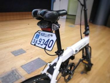 公道を走るための安全性に配慮し、フレームの強度はJISの基準をクリアしているとのこと。もちろん灯火類も装備されている。ブレーキも自転車などに使われるVブレーキではなく、ディスクブレーキを使用している。電動バイクとして公道を走る際にはナンバープレートとヘルメットの着用が必要となる。