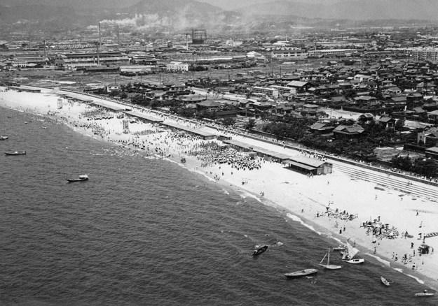 1956年、大阪の海水浴場。