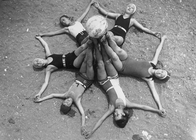ビーチボールで遊ぶ女性たち。1925年。