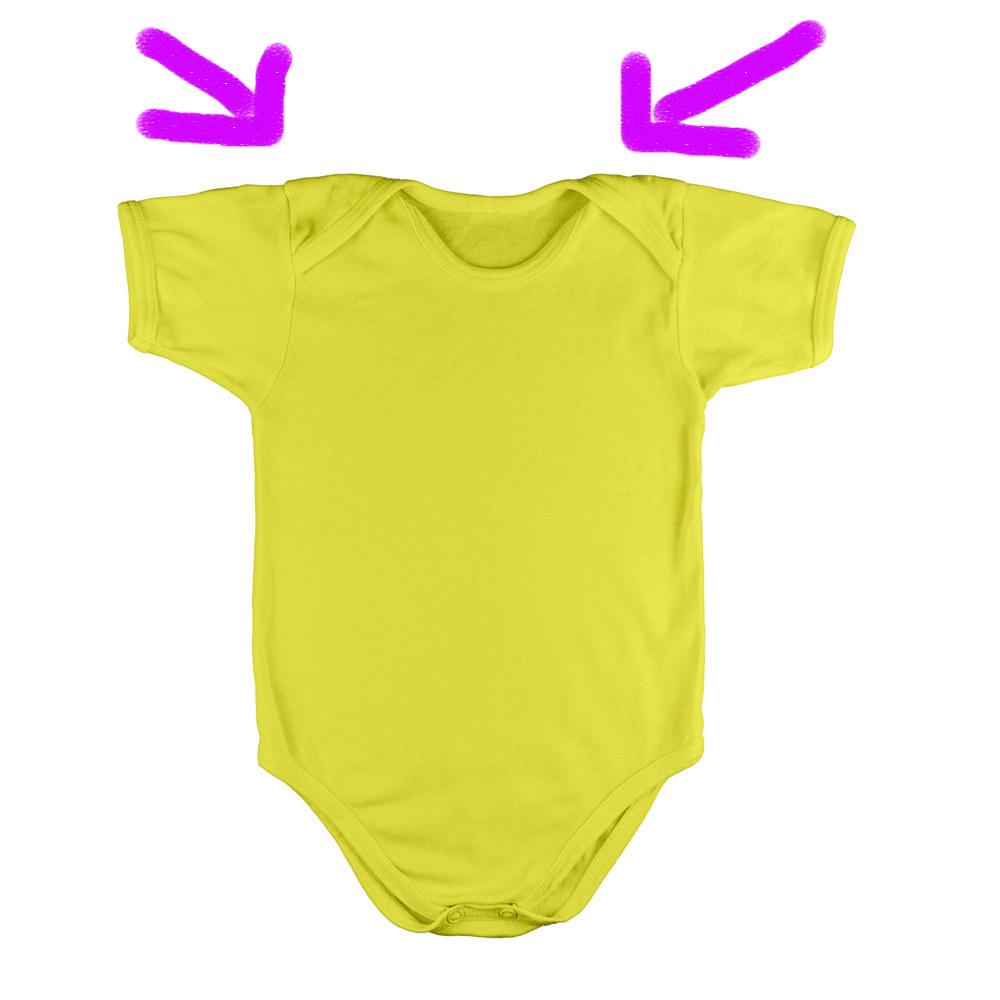 """Das ist nicht nur praktisch, um ihn deinem Baby leichter über den Kopf zu ziehen – du kannst ihn auch """"andersherum"""", also in Richtung Beinchen ausziehen, falls dein Baby sich richtig eingekackt hat und du ihm die ganze Sauerei nicht auch noch in das Gesicht und die Haare ziehen willst."""
