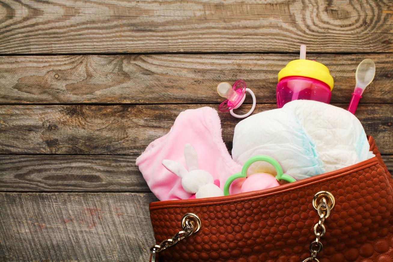 Wenn dein Baby dich unterwegs anspuckt, vollkotzt, anpinkelt oder vollkackt, wirst du dankbar sein, auch etwas zum Wechseln für dich dabei zu haben.