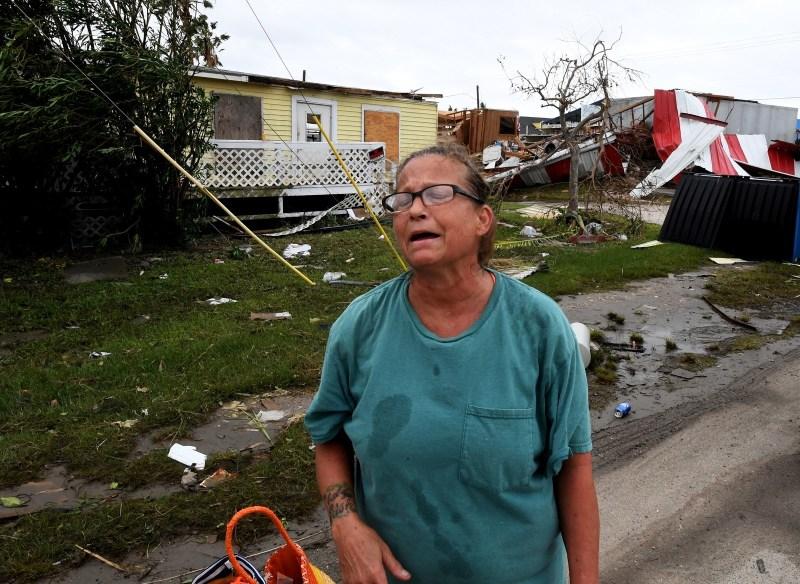 Kathy Neihaet, residente local, camina por su vecindario afectado luego de que el huracán Harvey llegara a Port Aransas, Texas, el 27 de agosto de 2017.