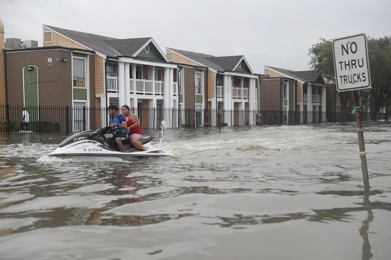 Una moto de agua utilizada para ayudar a las personas a evacuar sus hogares luego de que las calles fueran inundadas por el paso del huracán Harvey, el 27 de agosto de 2017, en Houston, Texas.