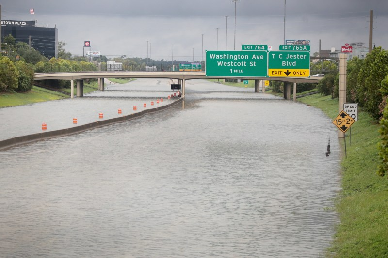 Las aguas corren por la Interestatal 10, que resultó inundada por el paso del huracán Harvey, el 27 de agosto de 2017, en Houston, Texas.