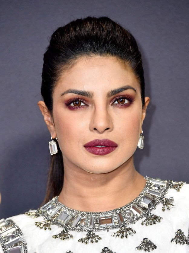 Here's a closer look at the high fashion Maleficent- Ice Queen mashup Priyanka pulled off. If anyone finds a nice YouTube tutorial for replicating this look, pls @ me.