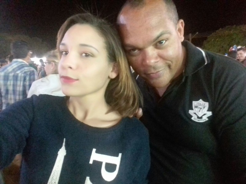 Karina e seu pai, Aparecido, agente de segurança da escola onde ela estudava.