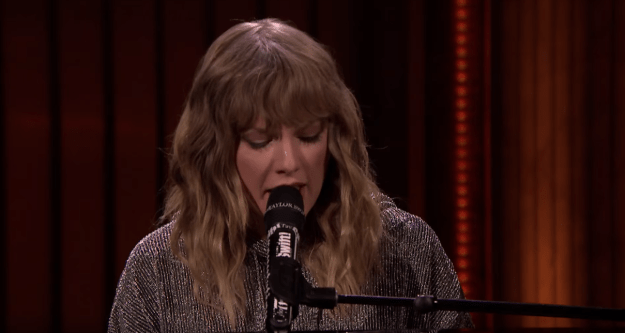 final night, Taylor Swift made an appearance on The Tonight point to With Jimmy Fallon to perform a song from her novel album, Reputation.