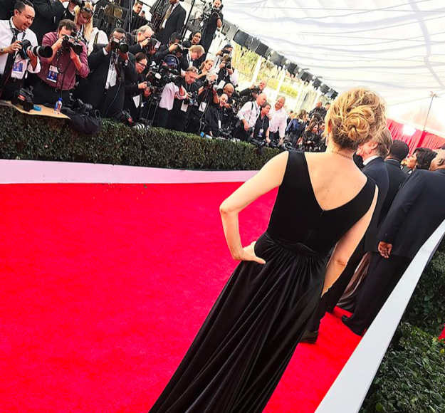 And let us see this behind-the-scenes shot from the red carpet.