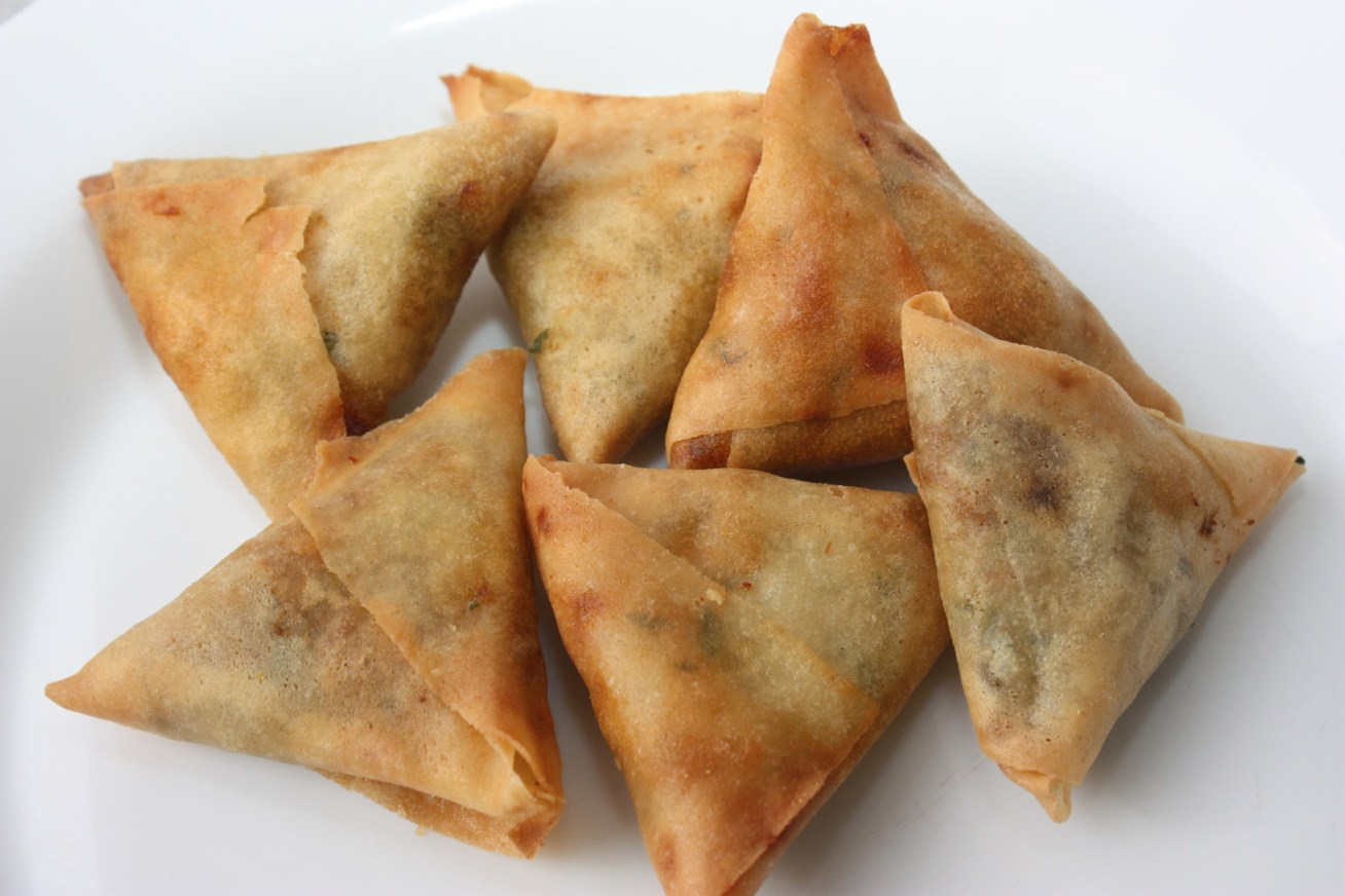 Las samosas son unas empanaditas de masa crujiente y con forma triangular muy populares en la comida del sur de Asia. Sin embargo, en 2011 el grupo militar al-Shabab prohibió su venta en la región sur de Somalia porque se descubrió que estaban usando carne podrida y/o de gato para su producción.